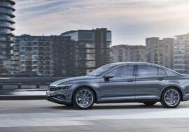 Первому клиенту в Казахстане вручили ключи от нового Volkswagen Passat
