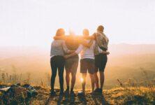 Исследование: с друзьями люди чувствуют себя счастливее, чем с семьей